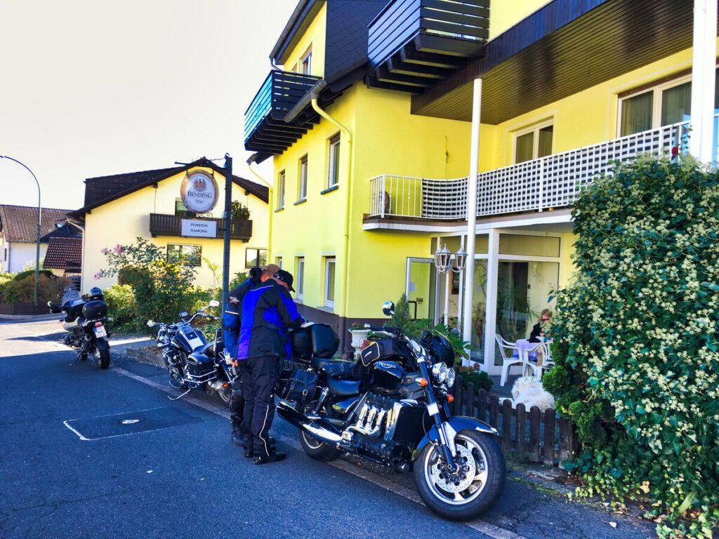 Motorrad Tourenplanung vor Pension Ramona