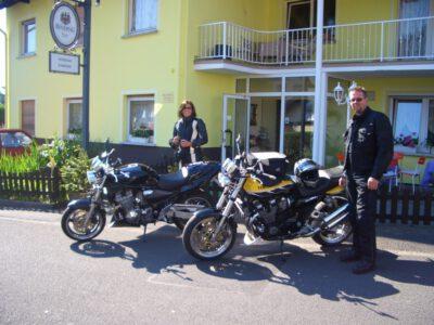 Motorrad Paar vor Pension Ramona